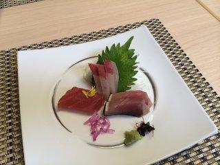 Sashimi tươi được trang trí như nghệ thuật hiện đại.