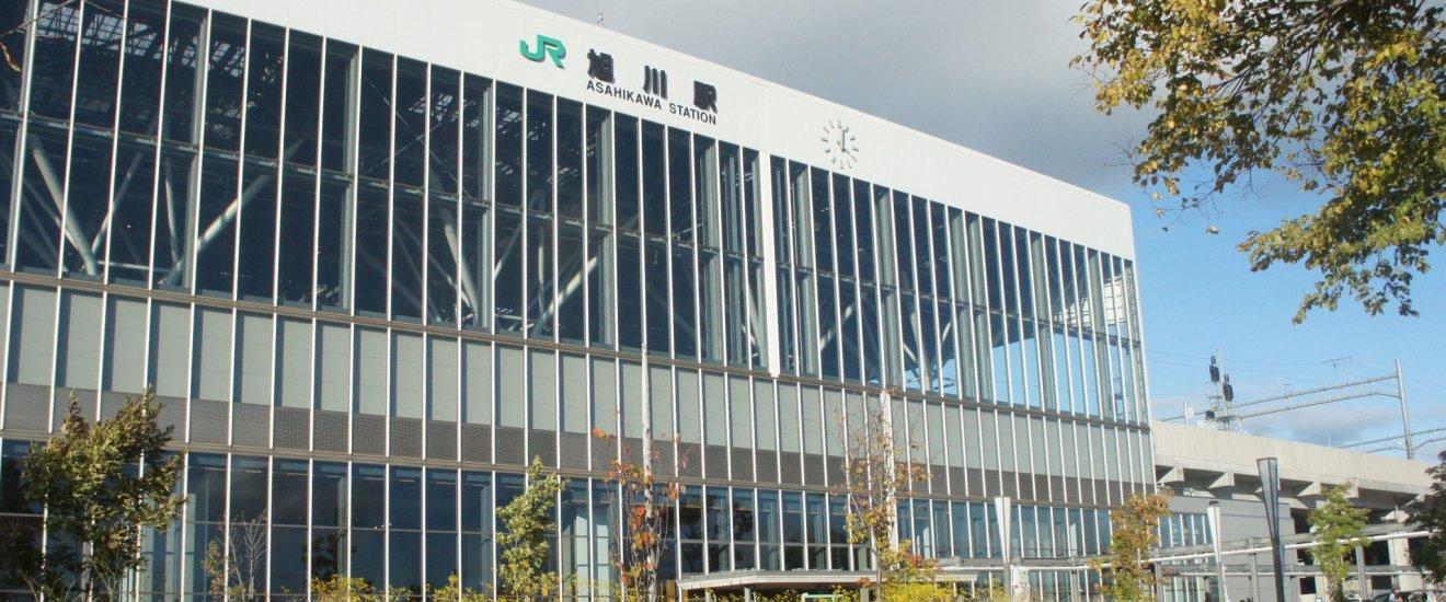 JR Asahikawa Station dan desain yang modern.