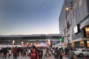 Ramainya Stasiun Asahikawa dengan bazaar makanan di halaman depannya.