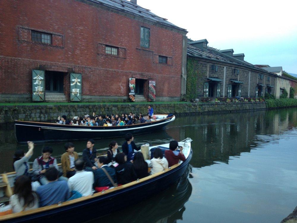 Salah satu cara menikmati Kanal Otaru adalah dengan menaiki perahu seperti ini.