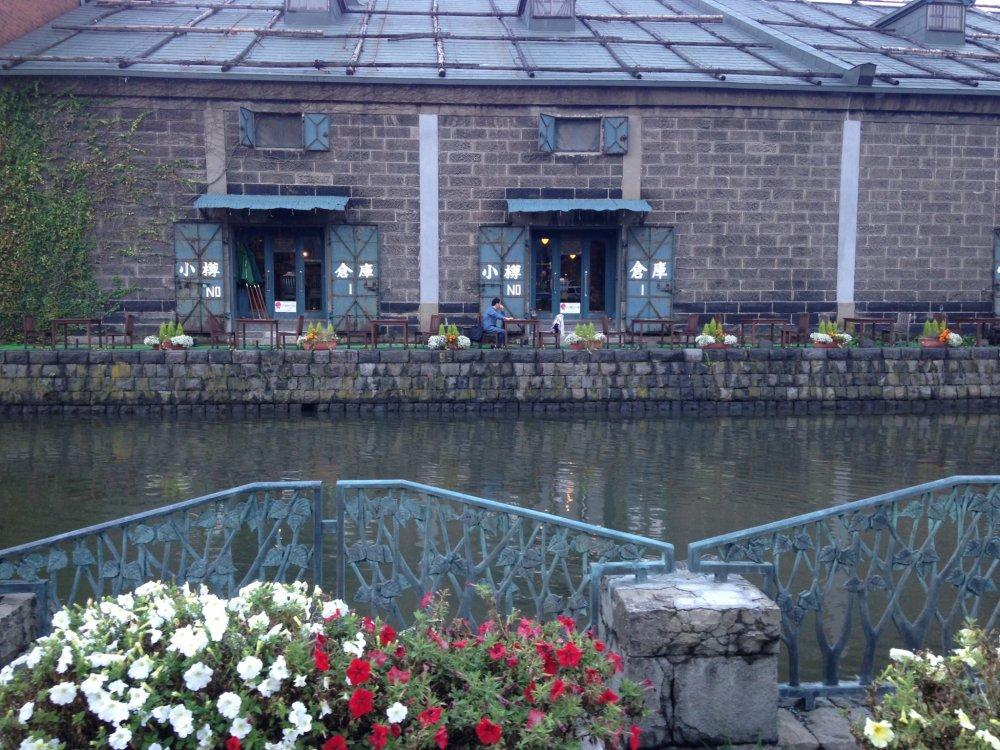 Selain menaiki kapal, santai sambil menikmati teh di sore hari pinggir Kanal Otaru juga asik.