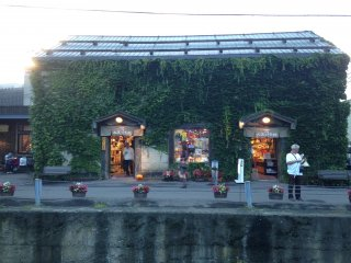 Ada toko souvenir yang unik dan lucu di pinggir kanal.