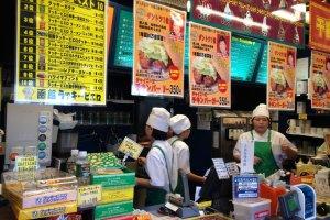 Pelayan dan stafnya sibuk karena burger ini kedatangan banyak pengunjung