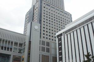 Bangunan JR Tower Sapporo dari luar. Terlihat bangunan ini memang gedung pencakar langit.