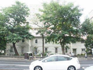 Bangunan tua berwarna putih ini terlihat berbeda dari bangunan lainnya di Sapporo