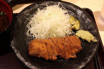 <p>Традиционная говяжья котлета гюкацу</p>