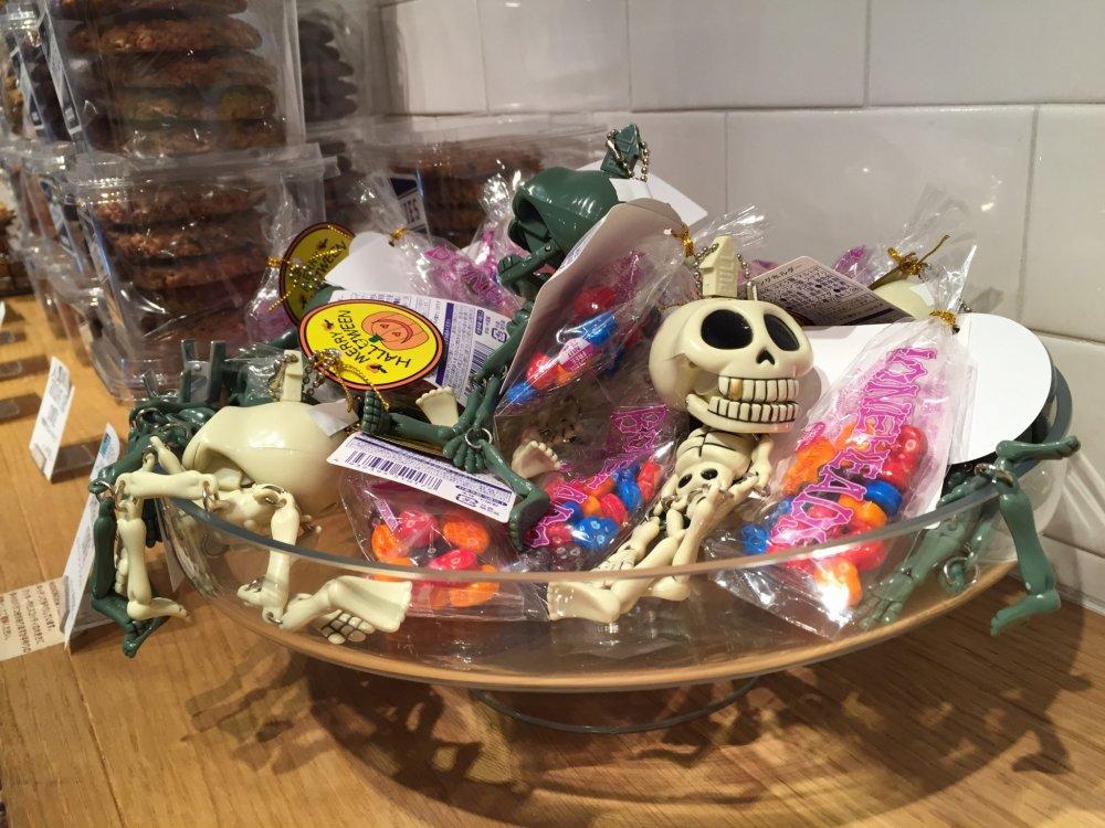 Сладости с игрушками-скелетами