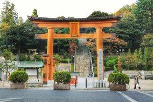 Cánh cổng gỗ của đền Utsunomiya Futaarayama