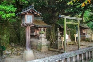 <p>The small Sugahara Shrine is half way up the stairs to&nbsp;Utsunomiya Futaarayama Shrine</p>
