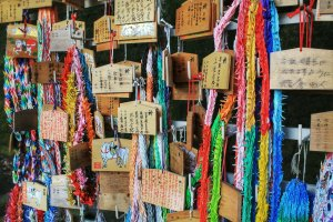 Bảng cầu chúc và con sếu giấy trong đền Sugahara