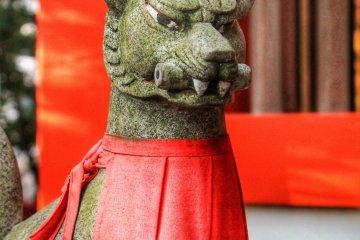 <p>A guardian fox at Hatsutatsuinari Shrine</p>
