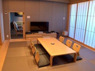 このスイートルームは、和室に布団を敷けば合計7名まで宿泊できる