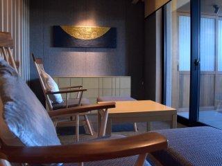 バルコニーに面したリビングルームには座り心地の良いリクライニングチェアが並べられている。壁にかかる半月のモチーフにも注目!