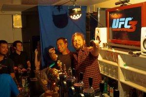 ルミール (写真右) が演出するチェスコ屋独特の楽しいエネルギー