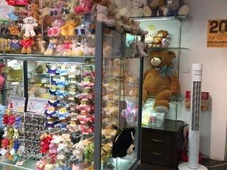 В магазине полным-полно плюшевых мишек разных размеров и стилей