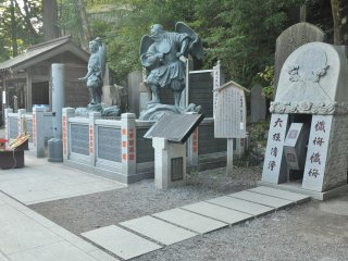 After the main gate of Yakuoin, more statues greet the arriving visitors with their imposing gestures
