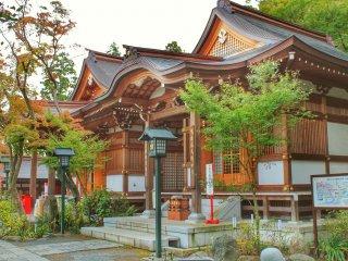 타카하타 부동존 콘고지는 건물이 많고, 대부분 일본식 모자이크로 장식되어 있다