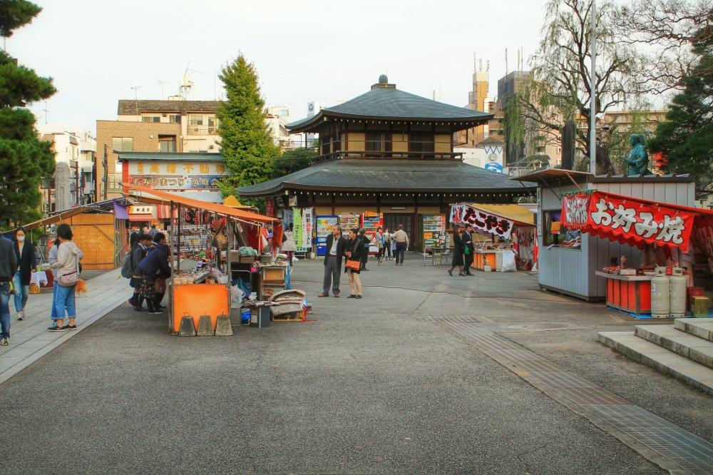 간식을 살 수 있는 작은 시장 노점들이 있다