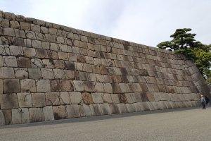 층층이 쌓인 돌들로 이루어진 옛 에도성의 자취.