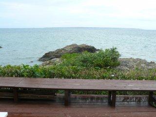 Во время еды можно насладиться видом на море