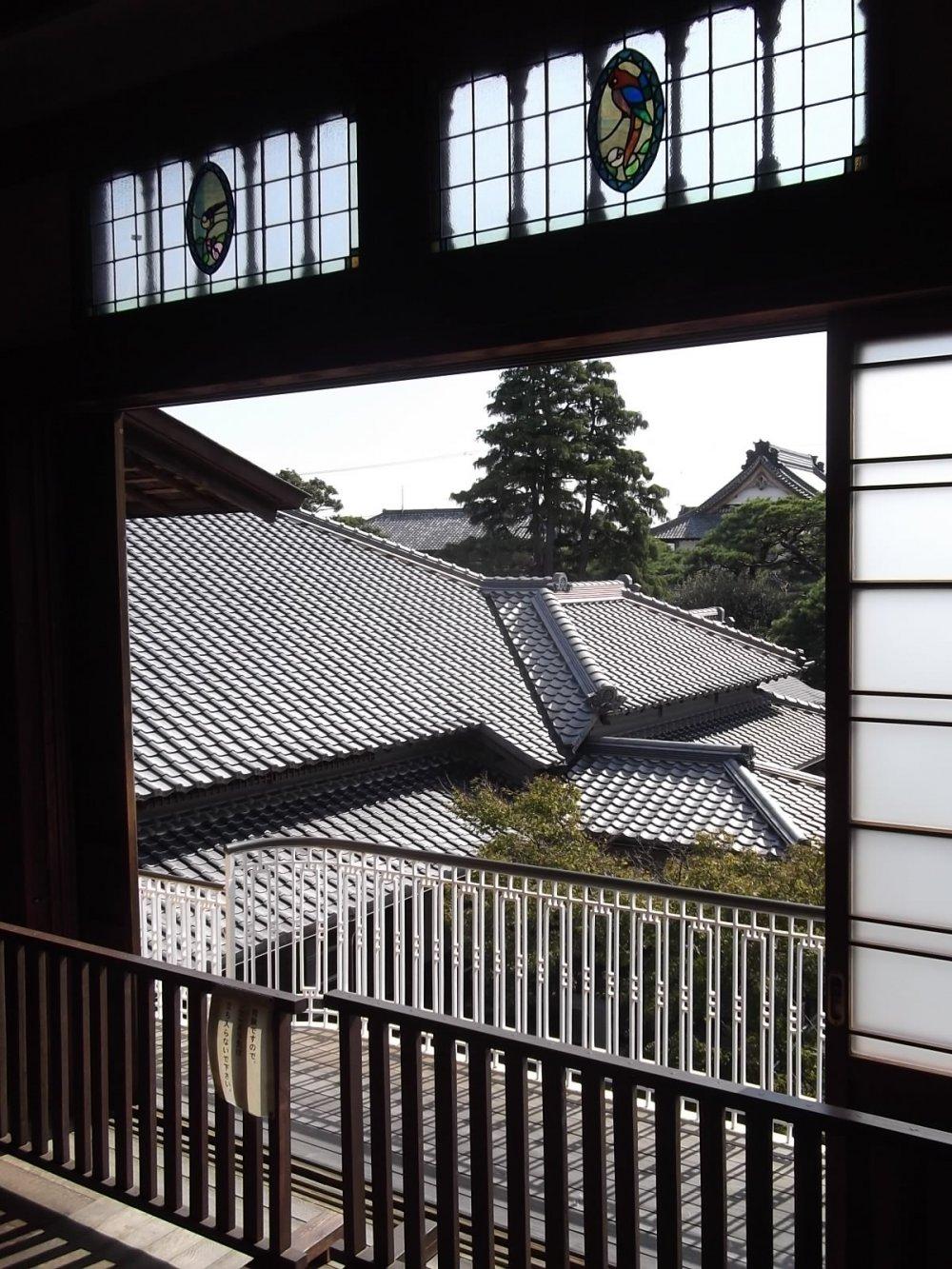 Над балконом располагаются два застекленных окна с мозаикой