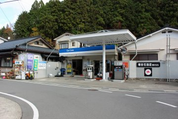 <p>The Mobil Service Station that rents the scooters</p>