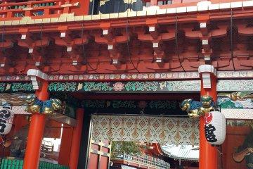 오차노미즈 역 주변의 대조적인 두 문화