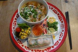 Mie pho Vietnam dan udang gulung untuk menu makan siang