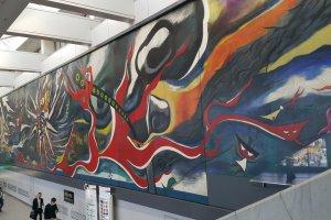 시부야 역, JR과 케이오 이노가시라 선 연결 통로의 한 벽을 장식하고 있는 거대한 작품, '내일의 신화'