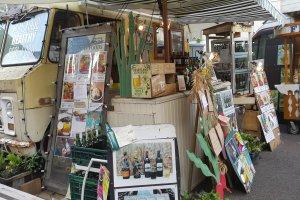 폐차장으로 갔어야 할 차에 기댄 하와이언 푸드 가게.