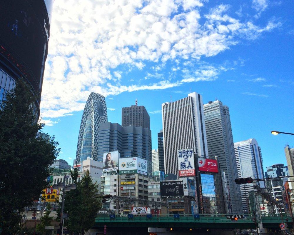 Pemandangan ikonik di luar stasiun JR Shinjuku