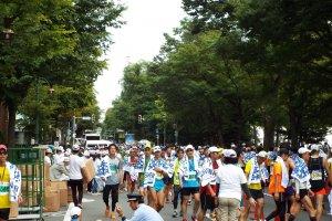 Maraton Sapporo - orang-orang lokal berlari jarak pendek