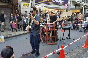 정열적으로 샤미센을 연주하는 젊은이.