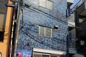 這個可愛的藍色建築物就是「真人密室逃脫遊戲」的場所!