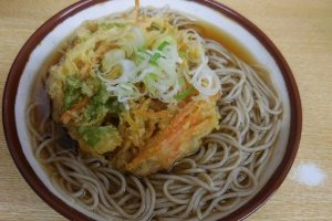Soup and noodles with deep-fried vegetables