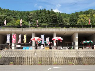 Just outside, beside the parking lot, a handful of locals sell yakisoba noodles, kakigori (flavored shaved ice), and other seasonal snack foods.