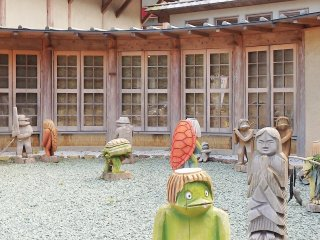 The museum is a 30 minute drive from Shimantocho-Chuo Interchange on the Kochi Expressway. It is a 45 minute walk from JR Utsuigawa Station on Shikoku's Yodo Line. It is about 2 kilometers from the Kaiyodo Hobby Museum.