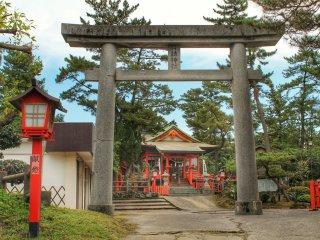 La bâtiment principal du sanctuaire, précédé par une porte (torii) de pierre