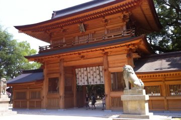 The main gate of Oyamazumi Shrine