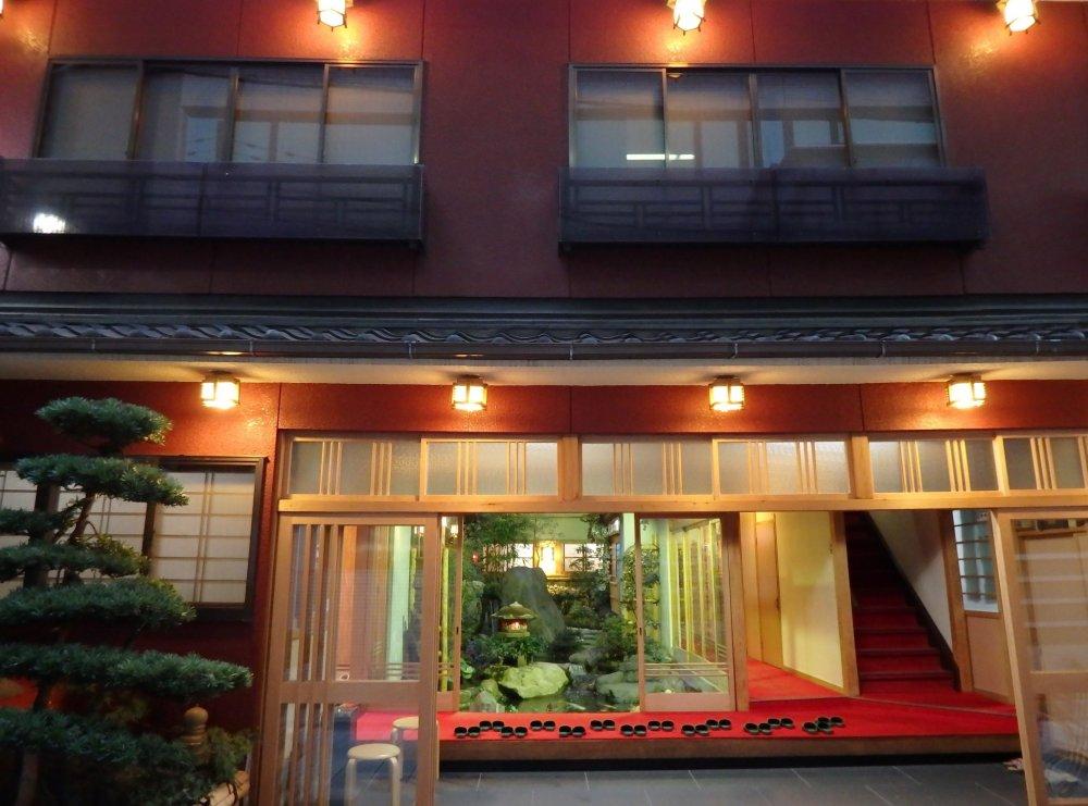 Lối vào ryokan luôn luôn chào đón khách