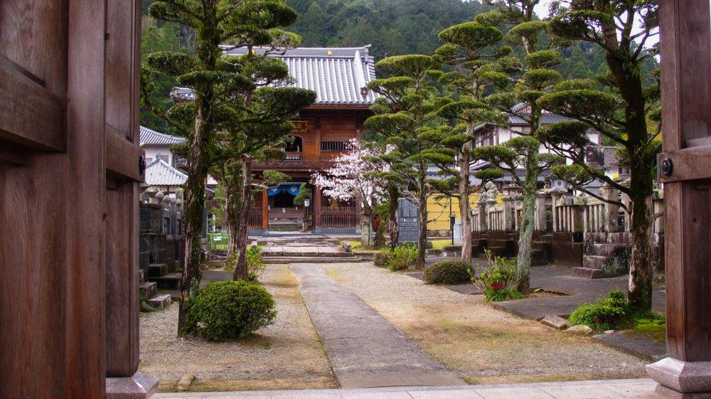 Le temple de Eikoku-ji se trouve à une dizaine de minutes de marche de la gare JR de Hitoyoshi