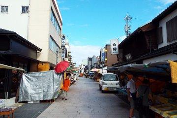 ตลาดเช้าวะจิมะก่อนเปิดทำการ