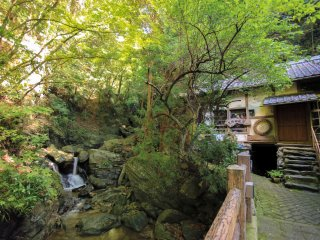 Un vieux moulin à eau qui sert vraisemblablement (ou a servi?) de point d'accueil et de restauration pour les visiteurs