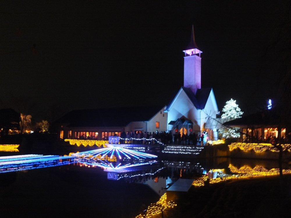 Nhà thờ nhỏ được thắp sáng.