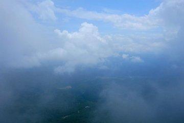 <p>ไม่ได้ถ่ายจากเครื่องบิน แต่มองจากยอดเขาไดเซนไปทางตะวันตกเฉียงใต้</p>