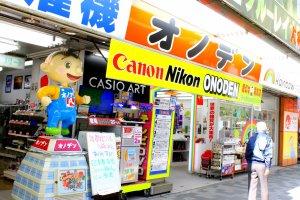 Bagian depan toko terlihat sangat menarik kunjungan dengan posternya dan pajangan dengan warna-warna cerah