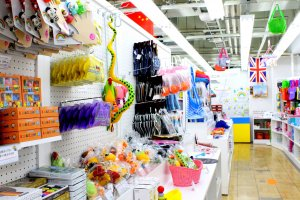 Spektrum Pelangi Onoden, di sisi kanan toko di lantai dasar