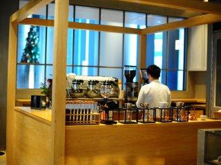 Quầy bar phục vụ nằm trong một trong những ô vuông, trong khi quầy espresso trong một ô khác.