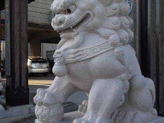 Patung singa penjaga lainnya, yang satu ini dengan mulut sedikit terbuka