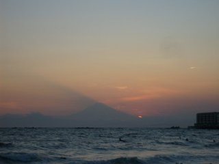 Un coucher de soleil depuis la plage Isshiki à Hayama